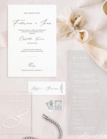 In questa foto una wedding stationery nei colori del bianco e tortora