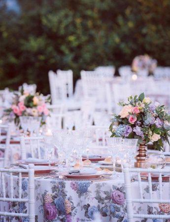 In questa foto un incantevole mise en place a tema floreale dai toni del celeste e del rosa