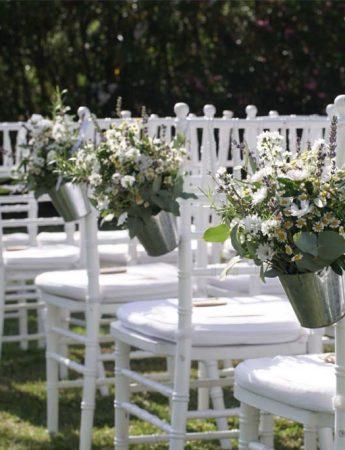 In questa foto dei decori floreale per una cerimonia che si è svolta en plain air