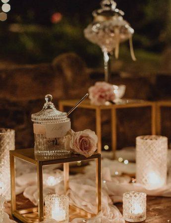 In questa foto è immortalato un elegante allestimento con trasparenze e candele firmato dall'agenzia Il mio matrimonio