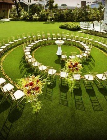 In questa foto un allestimento a forma di spirale realizzato per una cerimonia nuziale