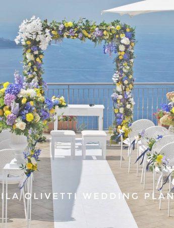 L'allestimento per una cerimonia nuziale con vista sullo splendido mare del golfo di Napoli