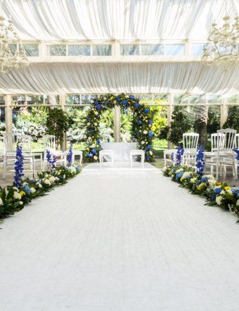 In questa foto composizioni floreali per una cerimonia nuziale all'aperto